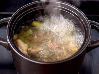 白果炖鸡,大火煮沸后,撇去浮末。