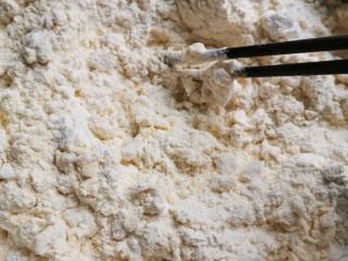 花样馒头之腊肠卷、小刺猬,把混合好的酵母泡打粉倒入面粉里搅拌,干了就加点温水。