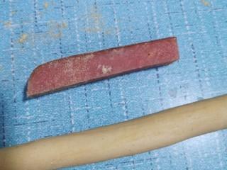花样馒头之腊肠卷、小刺猬,发面成功,排气揉搓后取一小面团搓成长条。