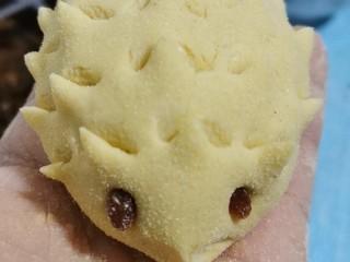 花样馒头之腊肠卷、小刺猬,用剪刀剪出刺的部位,眼睛用葡萄干点缀。