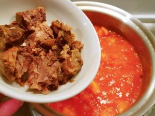牛肉炖豆腐,番茄炒成酱 放入牛肉块