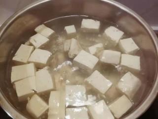 牛肉炖豆腐,切块  开水煮5分钟
