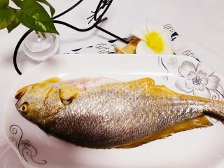 红烧黄鱼,黄鱼解冻,除去肚子中的杂质,清洗干净沥水