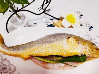 红烧黄鱼,放入盐腌制30分钟