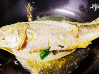红烧黄鱼,一面煎好后翻边煎另一面
