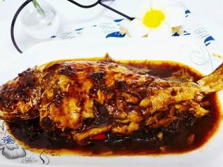 红烧黄鱼,烧至汤汁少量后收汁起锅