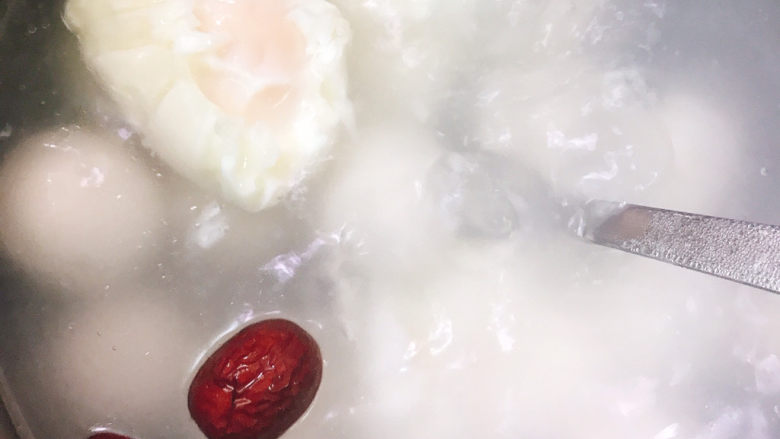 糖水鸡蛋,汤圆快浮上来的时候放入鸡蛋一起煮