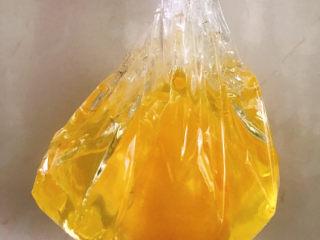 糖水雞蛋,保鮮膜收口提起來