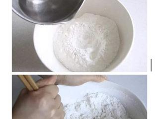 三色汤圆,白芝麻汤圆:开水冲入糯米粉中,用筷子搅拌成絮状,然后用手套搅匀成光滑的面团