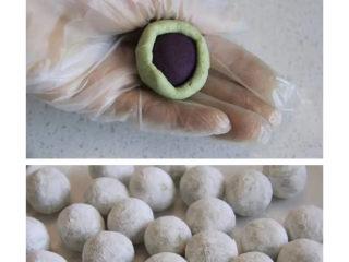 三色汤圆,面皮搓成条状后分10克一个,取一份面皮揉圆压扁后包入紫薯馅