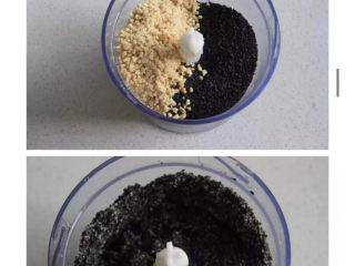 三色汤圆,加入烤熟的黑芝麻一起打碎