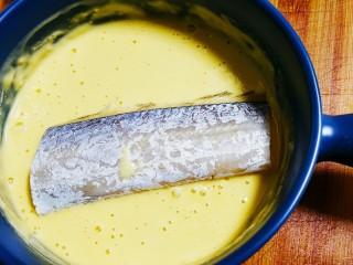 红烧糖醋带鱼,将带鱼放入面糊中