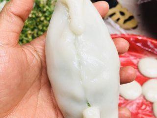 客家小吃:蒜苗粿(葫粄)➕菜头粄,两端拉长,轻轻折叠起来,整个粿呈两头尖,中间圆的状态。