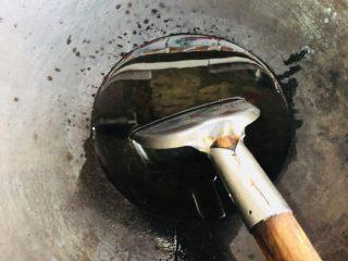客家小吃:蒜苗粿(葫粄)➕菜头粄,锅内放适量油,要稍微多一些,晒干的蒜苗比较吃油