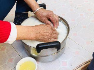 客家小吃:蒜苗粿(葫粄)➕菜头粄,捶打好的粿,要抹上蜂蜡和油的混合物。让米粿不粘手,手上也要抹一些。