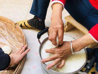 客家小吃:蒜苗粿(葫粄)➕菜头粄,捏成一个个小剂子