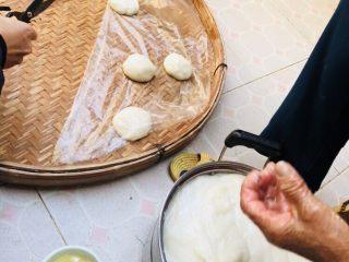 客家小吃:蒜苗粿(葫粄)➕菜头粄,一个个放好,防止粘连