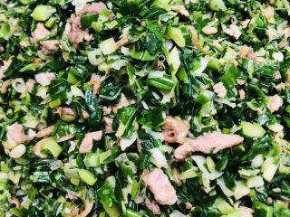 客家小吃:蒜苗粿(葫粄)➕菜头粄,蒜苗馅炒好了