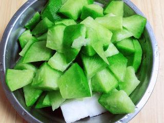 牛腩萝卜汤,准备好萝卜,水果萝卜和白萝卜块。