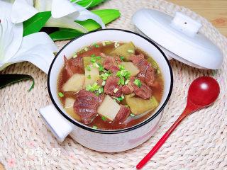 牛腩萝卜汤,撒上点蒜苗,养生又健康!