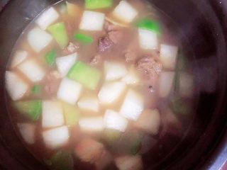 牛腩萝卜汤,将食材倒入高压锅中,选择牛肉键,45分钟即可压好了。
