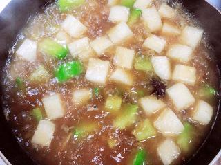 牛腩萝卜汤,放入两勺盐,搅拌均匀。