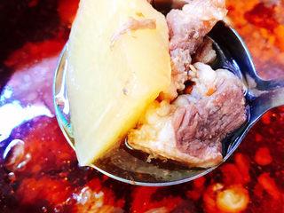 牛腩萝卜汤,大火烧开后转中小火煲20–30分钟