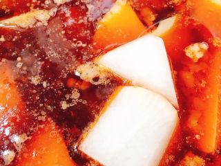 牛腩萝卜汤,放入白萝卜
