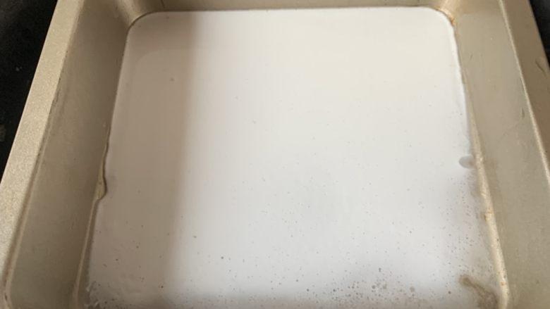 肠粉~,粉浆倒入方盘中水开蒸3分钟