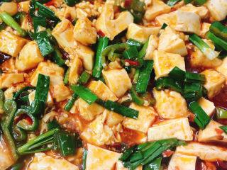 红烧豆腐,加入酱油翻拌均匀