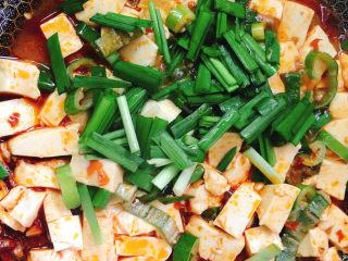 红烧豆腐,放韭菜段