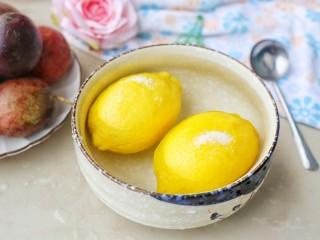 百香果柠檬蜂蜜水,柠檬用粗盐搓干净表皮,洗干净后在清水中浸泡一下,把柠檬表面的蜡去掉。