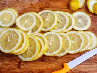 百香果柠檬蜂蜜水,清洗好的柠檬去掉表面水分切片。