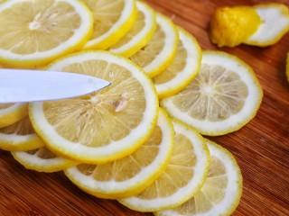 百香果柠檬蜂蜜水,去籽备用。