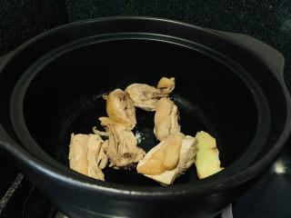 白果炖鸡,倒入鸡肉炒香;