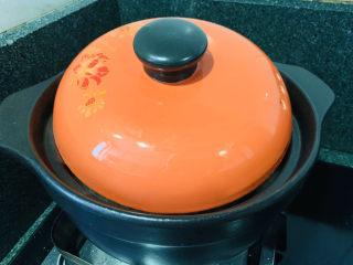 白果炖鸡,盖住锅盖,调中小火,煲半小时;