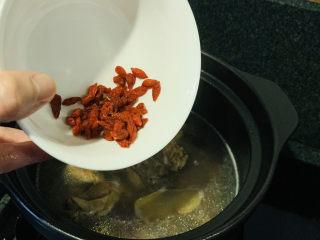 白果炖鸡,枸杞加入煲好的汤,小火焖两分钟;