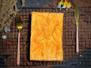 金磚,模具放烤架上 烤盤放水放烤架下面防止黃油滴落