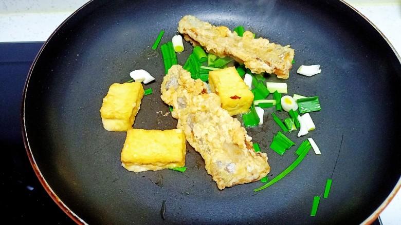 豆腐、带鱼炒菠菜、上海青,放入豆腐、带鱼