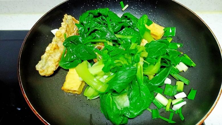 豆腐、带鱼炒菠菜、上海青,放入菠菜、上海青