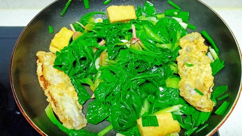 豆腐、带鱼炒菠菜、上海青,翻炒均匀