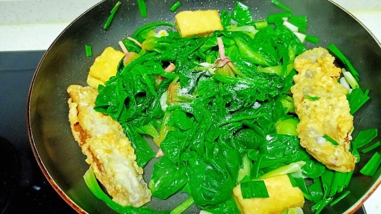 豆腐、带鱼炒菠菜、上海青,放入盐