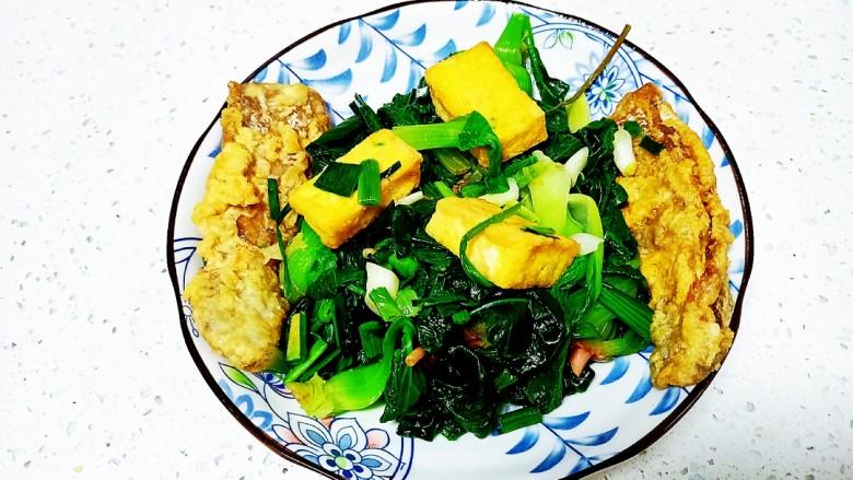 豆腐、带鱼炒菠菜、上海青,盛入盘中