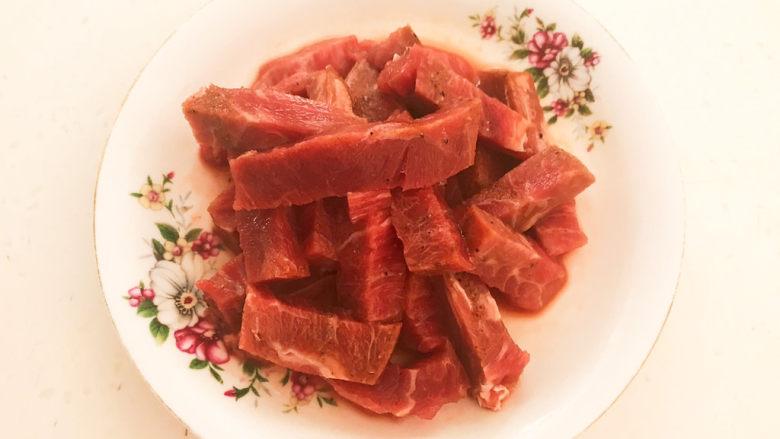 黑胡椒牛柳,抓匀后腌制入味5分钟