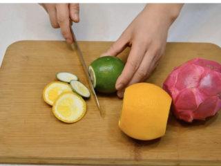 养颜减负的水果茶, 将柠檬和橙子用盐擦洗干净后去除2头,红肉火龙果去皮,白肉火龙果洗干净后去枝叶。