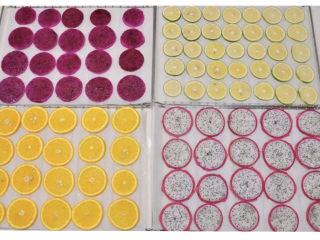 养颜减负的水果茶,水果全部处理好后排入垫油纸的烤网