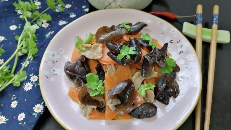 胡萝卜炒木耳,拍上成品图,一道美味又营养的胡萝卜炒木耳就完成了。