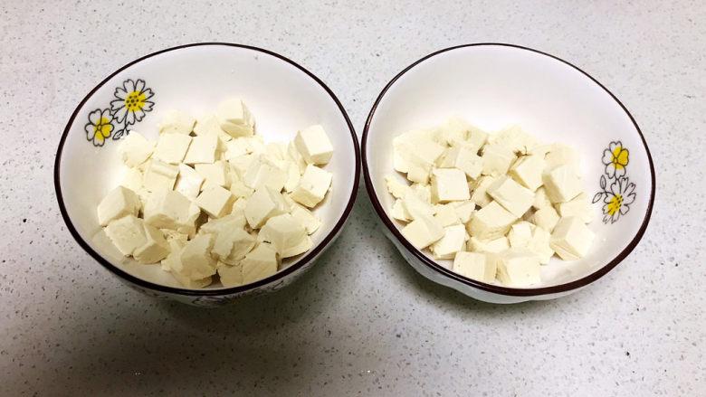 鸡蛋豆腐羹,把焯好的豆腐沥干水份,分别放入2个碗里