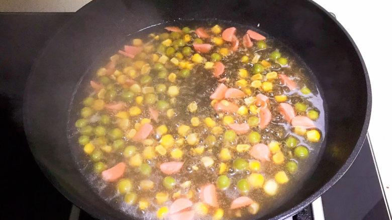 鸡蛋豆腐羹,加入水淀粉,烧开即可