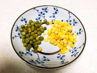 鸡蛋豆腐羹,甜玉米粒和青豆煮提前煮熟